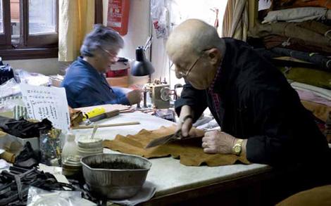 """Foto: George Tatge Seit 1919 produziert die Familie Donnini hochwertige Damen- und Herrenschuhe. Ihr Geschäft """"Madova"""" in der Vita Guicciardini bietet neben Serienmodellen auch einen Maßservice."""