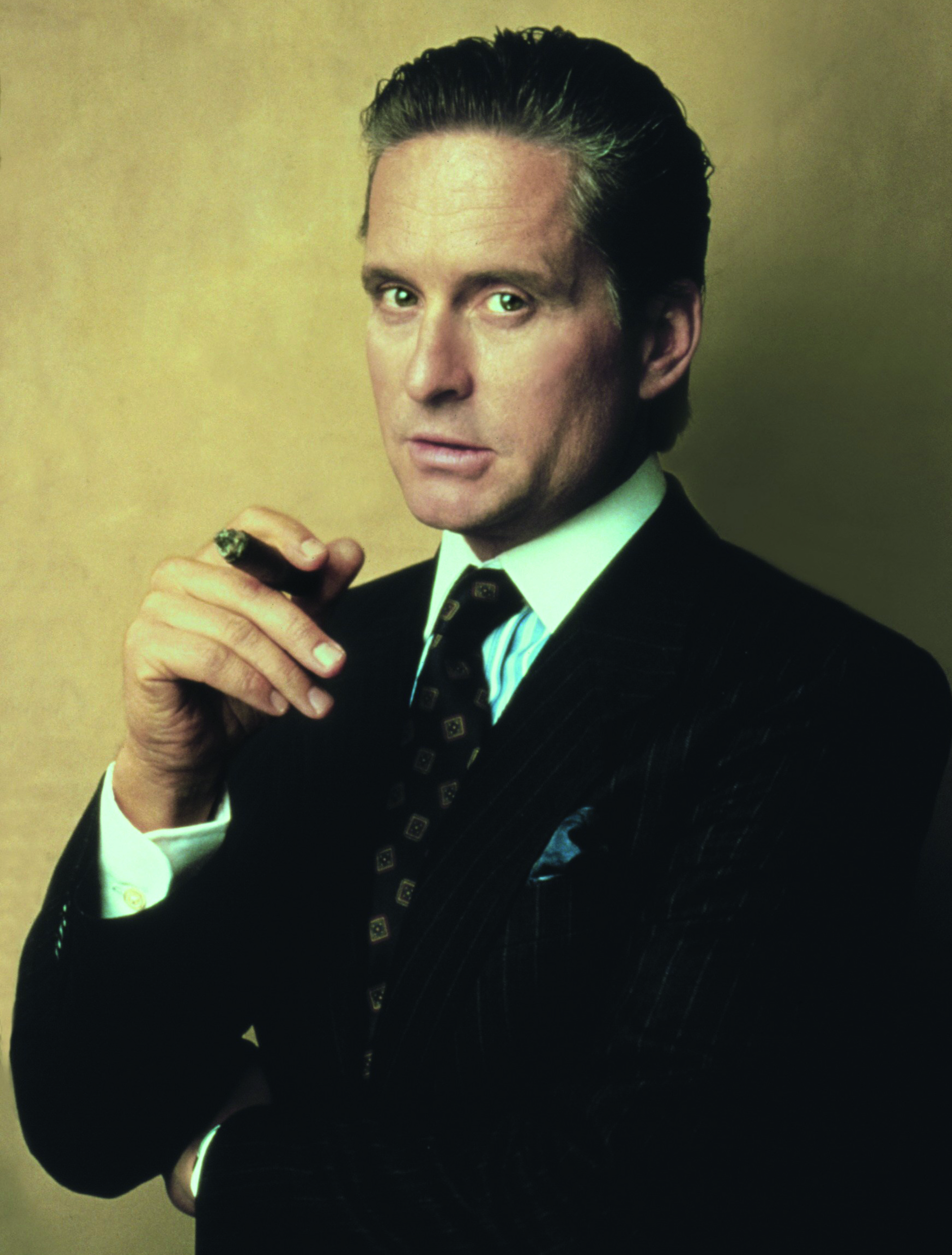 """Mit Hosenträgern und Gelfrisur wurde Gordon Gekko alias Michael Douglas zur Ikone aller skrupellosen Investmentbanker. Im aktuellen Kinofilm """"Liberace"""" könnte sein Charakter als glamouröse Stilikone kaum konträrer sein. © Cinetext"""