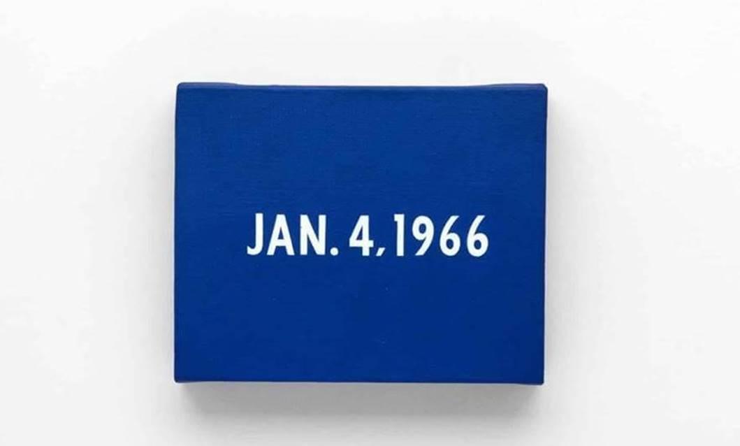Blauer Acrylblock mit Datumsangabe von On Kawara